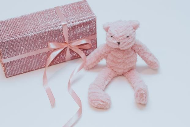 Una cesta regalo puede contener lo que tu quieras. Un oso de peluche hecho a mano, una carcasa con foto o una tarjeta regalo. El formato regalo lo decides tú.