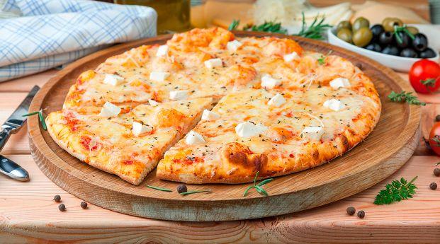 Pizza de autor con base fina y chispas de queso