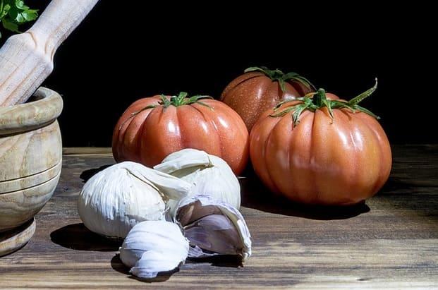 Los tomates y el ajo son los ingredientes principales del gazpacho y del salmorejo