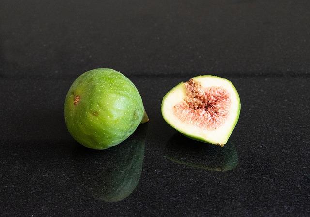 Dos higos, típicas frutas de de verano