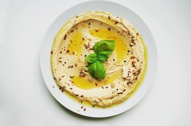 Un plato de hummus clásico como ejemplo de comida de verano.
