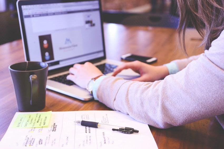 limiter heures de travail pour bien-être des salariés Photo d'une femme en train de travailler sur un ordinateur