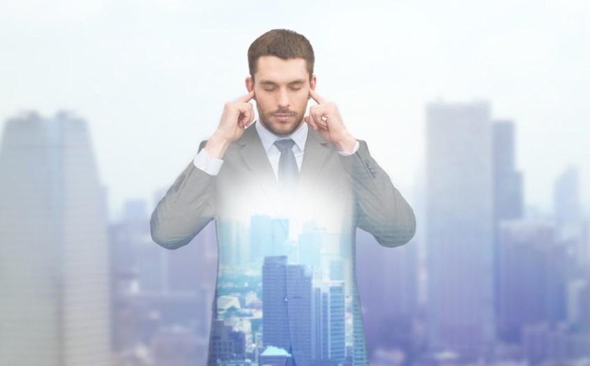 Travailler de chez soi et prendre des pauses image d'un homme se bouchant les oreilles