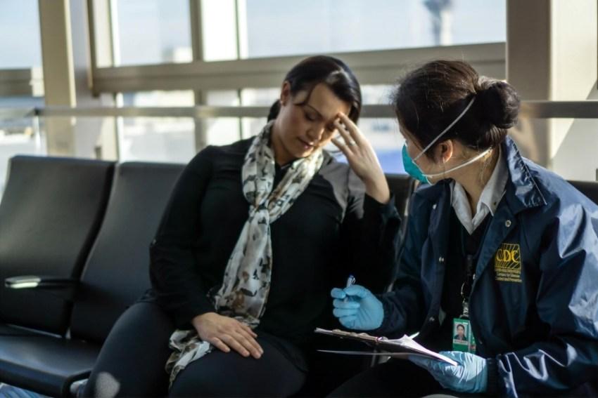 Confinement et difficultés des salariés 2 femmes assises sur dessièges, l'une paraît soucieuse et l'autre prend des notes en portant un masque
