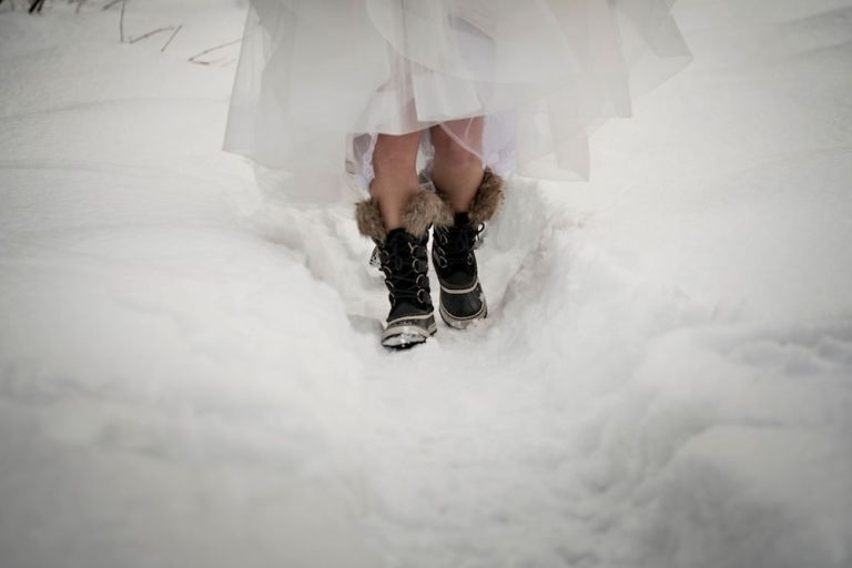 snowy-winter-wedding-ideas-snow-shoes