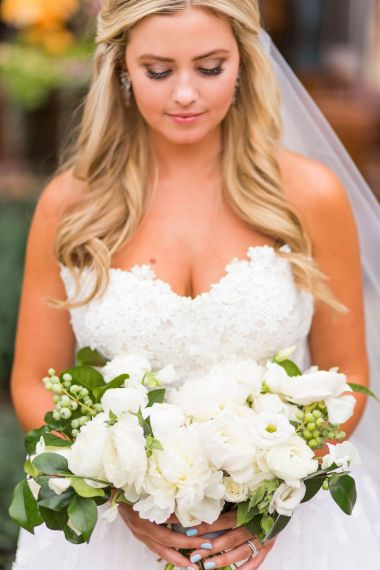019-Winfrey-wedding-Beaver-Creek-white-bouquet