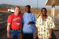 Her tar vi farvel på flyplassen i Kisumu