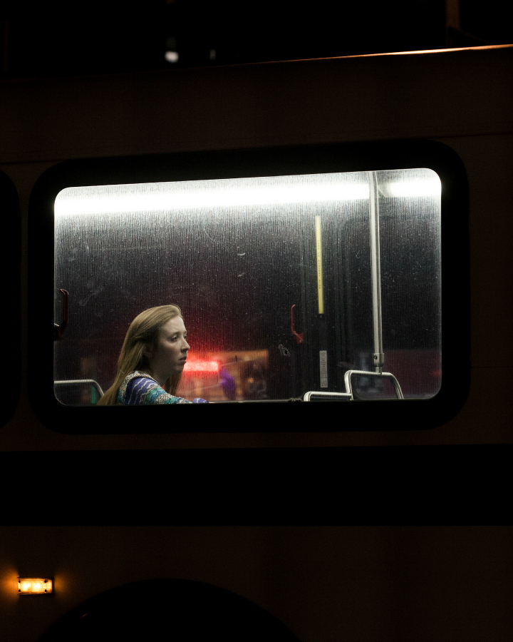 Last Night At The Bus Stop Les portraits de passagers de bus par Travis Huggett  Graine de
