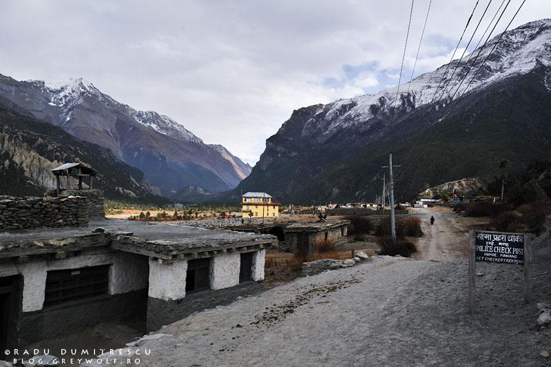 21-police-check-post-humde-mountain-biking-annapurna-circuit-foto-manang-radu-dumitrescu