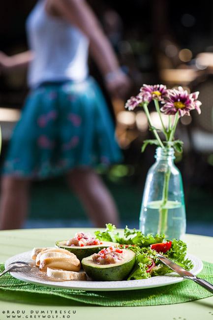 Imagine cu avocado umplut cu salată de creveți la SIMBIO, fotografie culinară de Radu Dumitrescu