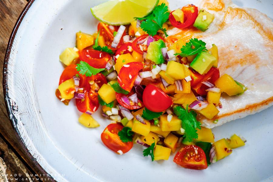 Fotografie culinara - imagine mancare piept de curcan cu salsa de mango si avocado. Foto Radu Dumitrescu