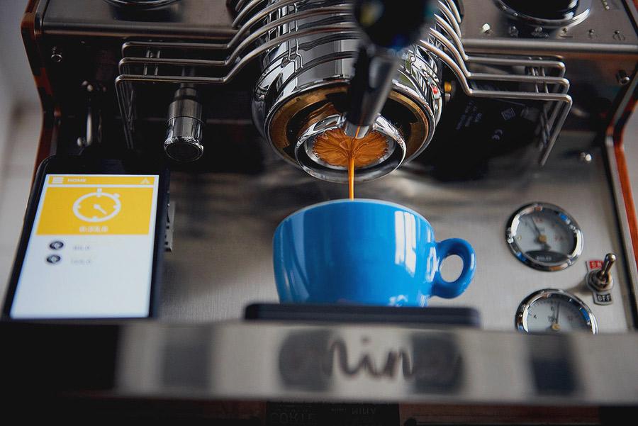 Imagine de produs cu prepararea unui shot de espresso pe espressorul profesional Dalla Corte Mina.