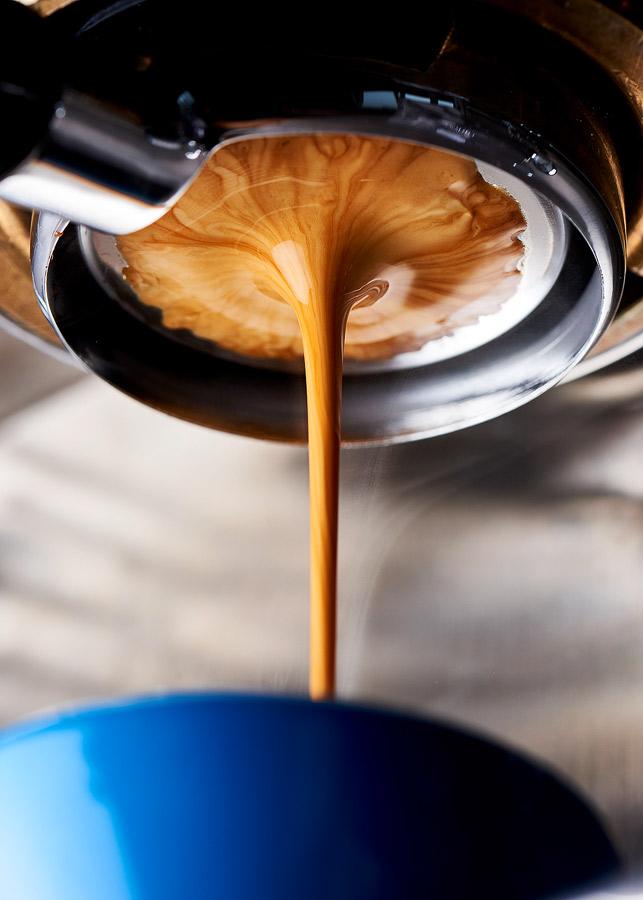 Fotografie cu o extracție de espresso de specialitate, realizată pe un espressor profesional Dalla Corte Mina, cu profilare de debit și portafiltru fără fund. Fotografie cafea, Radu Dumitrescu.