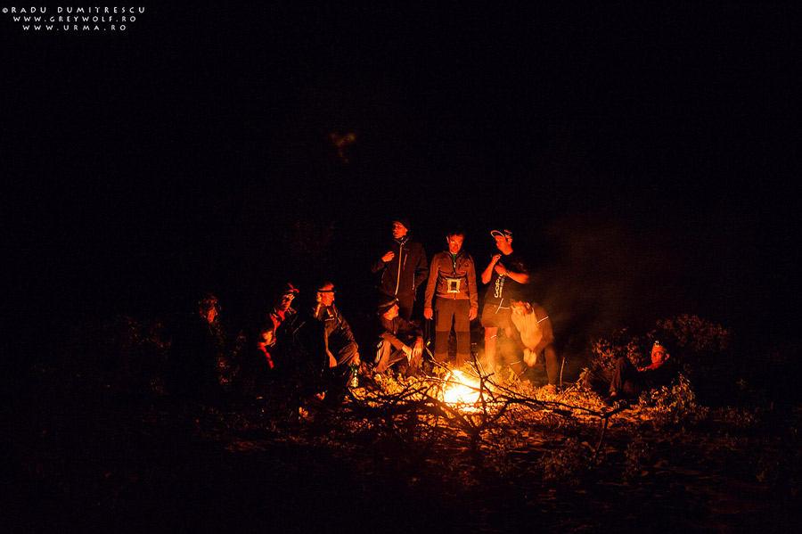 Foc de tabără alături de cei care au campat la malul mării.