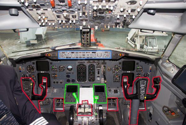 Poste de pilotage d'un Boeing 737-300. Les zones vertes servent à rentrer le plan de vol, les bleues à contrôler le pilote automatique à un instant donné, les rouges au décollage et à l'atterrissage (et encore). - d'après photo Alasdair McLellan, CC-BY-SA