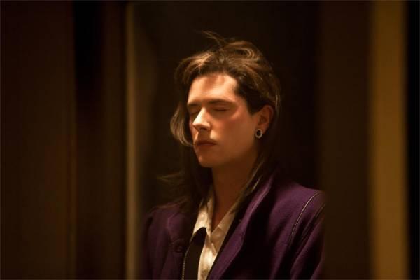 Laurence est un mâle, tout à fait prêt à faire des enfants à sa femelle; mais c'est une femme dont la femme aime les hommes. Un film à montrer à tous les aspirants papes.