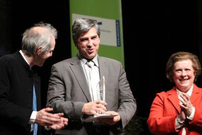 Eric Gehl, co-fondateur Hakisa, entouré de Catherine Trautmann, Vice-Présidente de la Communauté Urbaine de Strasbourg chargée des questions universitaires et du développement économique, et Alain Beretz, Président de l'Université de Strasbourg