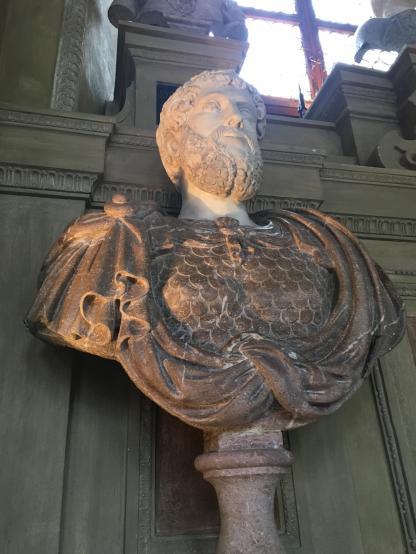 하드리아누스 황제로 써있는데 앞의 동상과 모습이 많이 다르다.