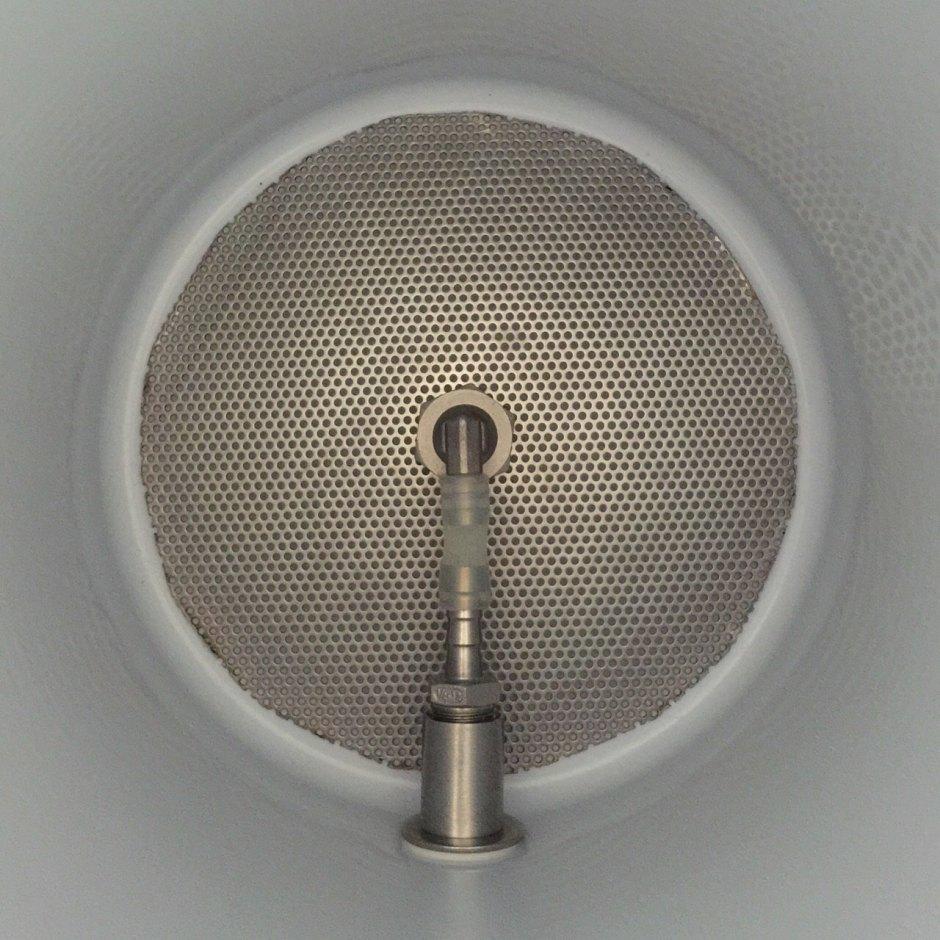 Detalle de la unión del grifo al doble fondo del macerador