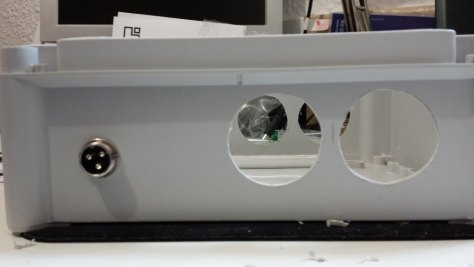 Caja estanca con los agujeros para enchufes y la entrada de las sondas.