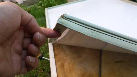 Colocando la lámina y el cierre magnético en la puerta del frigorífico.