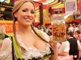 Chica con jarra de cerveza