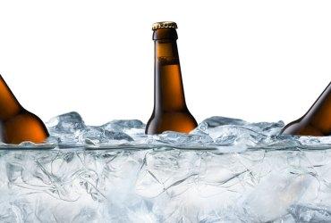 Cervezas en agua con hielo y sal