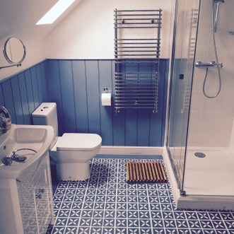 Debbie's bathroom in Lattice Cornflower Blue by Dee Hardwicke with a border of Little Bricks Forget-Me-Not