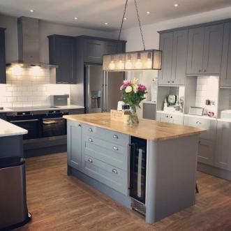 This classic and contemporary kitchen is the perfect setting for Sawn Oak (fitted by Featherby Flooring)