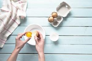 Fluffiges Eiweissbrot: Eier trennen