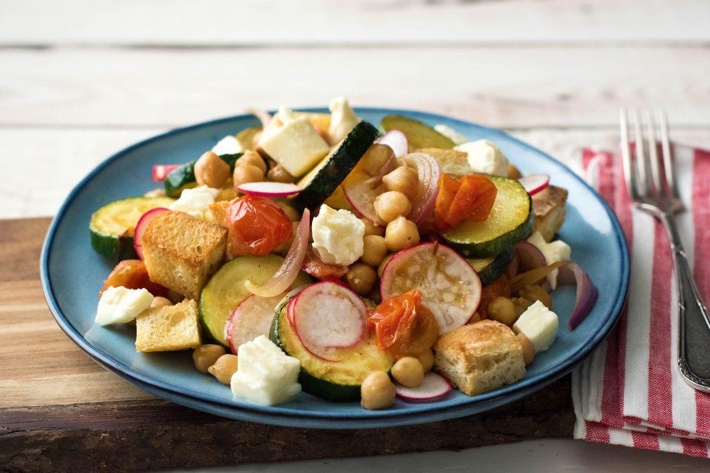 Leckere Salate für die Mittagspause: Sommerlicher Brotsalat