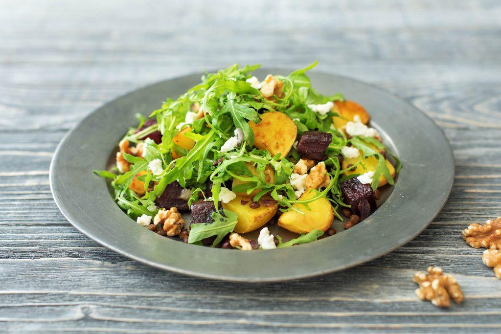 Leckere Salate für die Mittagspause: Salat mit Rote Bete und Ziegenkäse