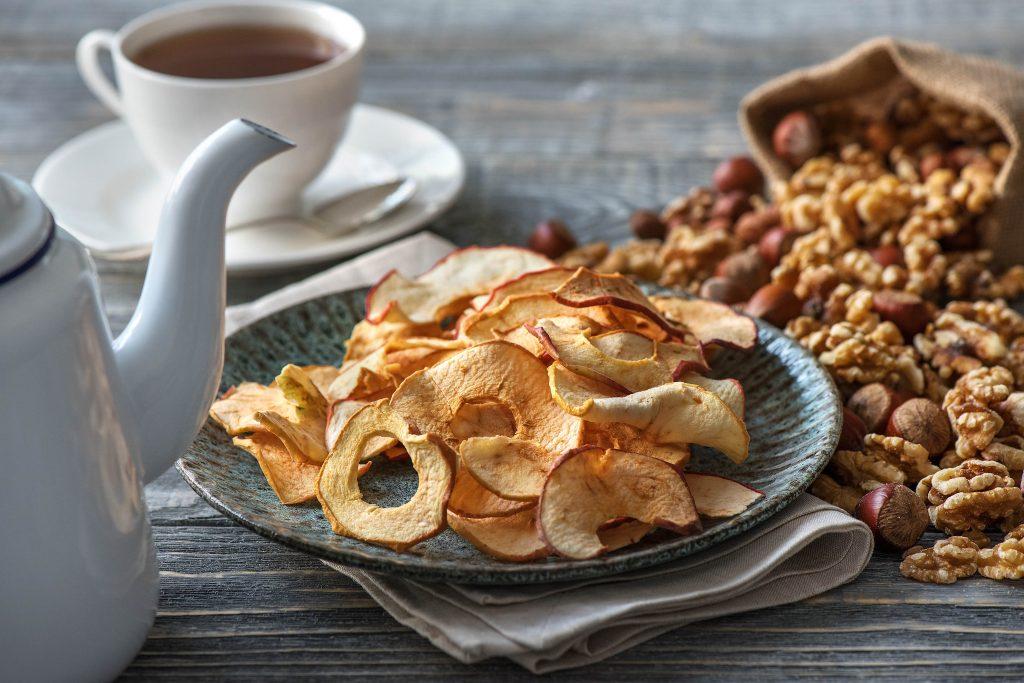 Apfelchips selber machen: Apfelchips und Nüsse