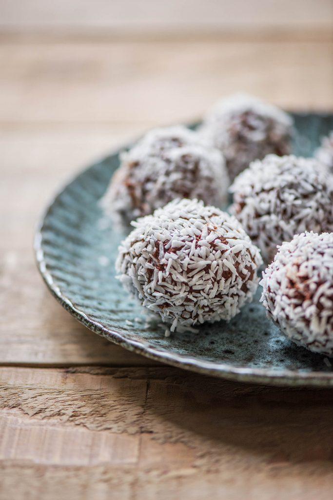 Making chocolates by yourself: dark chocolate coconut