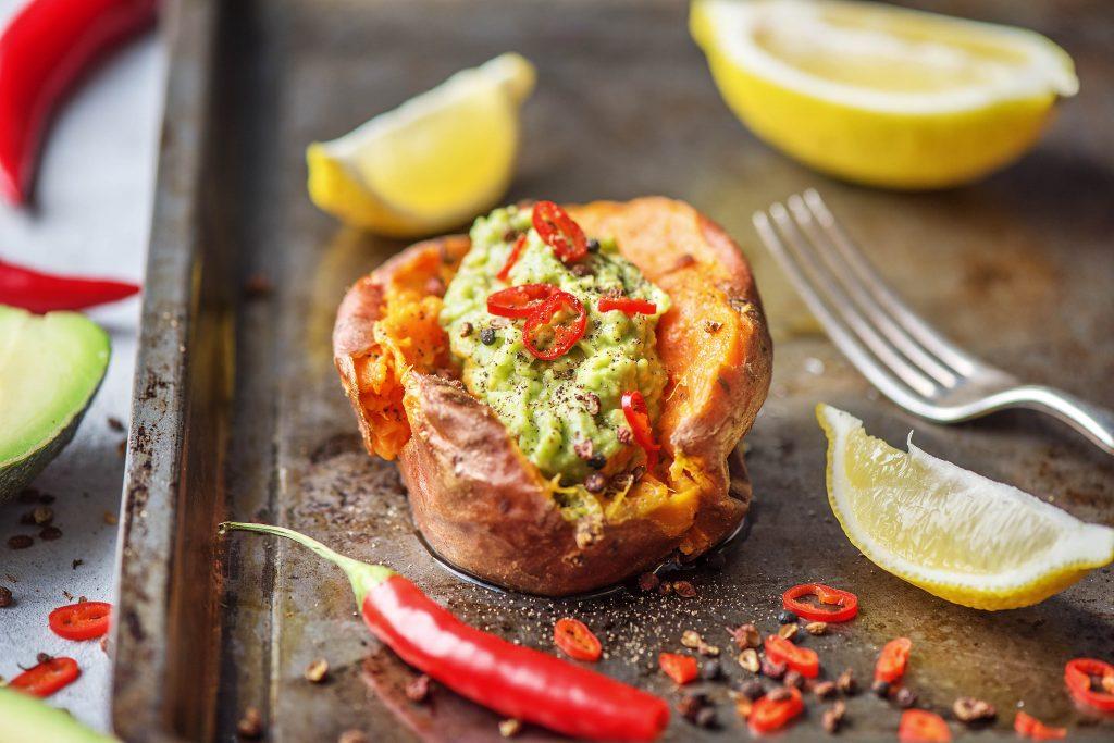 3 leckere Detox Rezepte: Süßkartoffel mit Avocadocreme