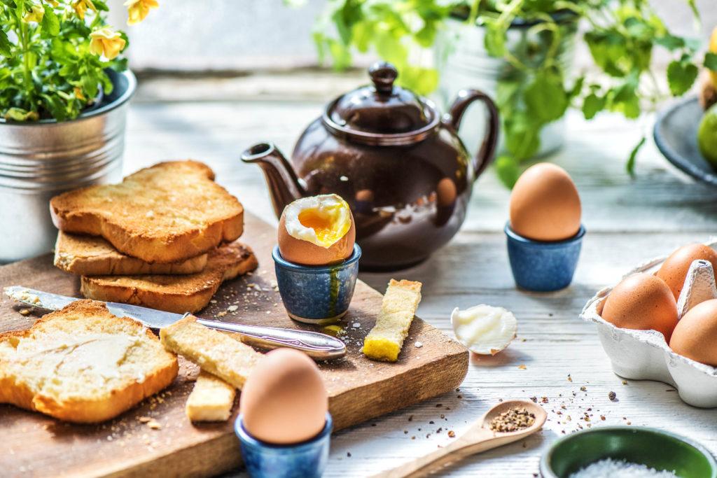 Der Sonntagstisch mit Frühstückseiern
