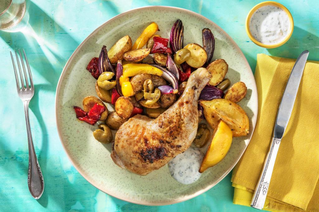 Harissa-Hähnchenkeulen mit grünen Oliven, gebackenen Zwiebeln, Paprika und Minzjoghurt
