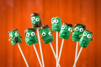 Frankenstein Pops am Stiel – Gruselige Halloween Fingerfood Ideen