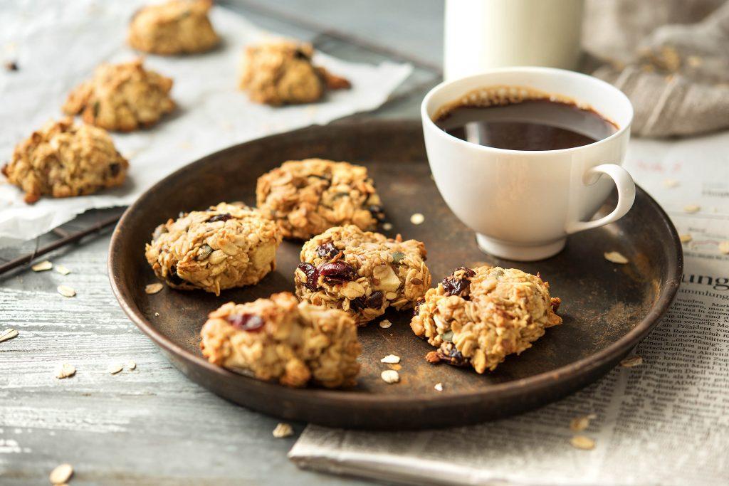 Gesundes Frühstück mit Apfel-Hafer-Keksen: mit Kaffee
