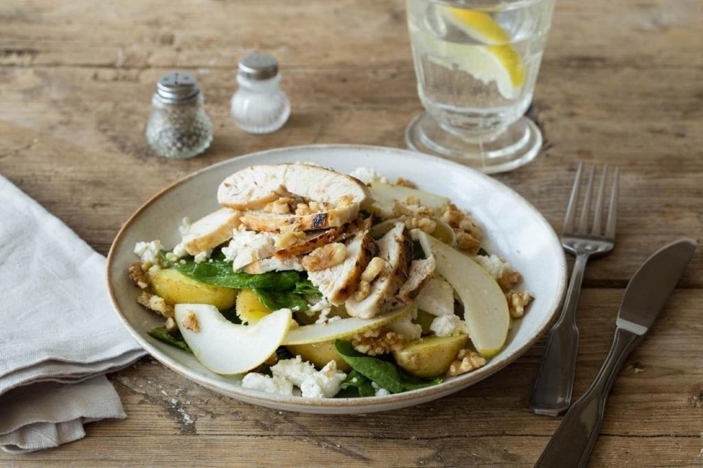 Salat mit Birne, Hähnchenbrustfilet und Walnüssen