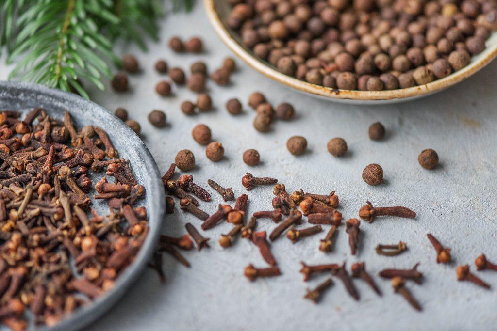 Weihnachtsgewürze: Piment und Nelken