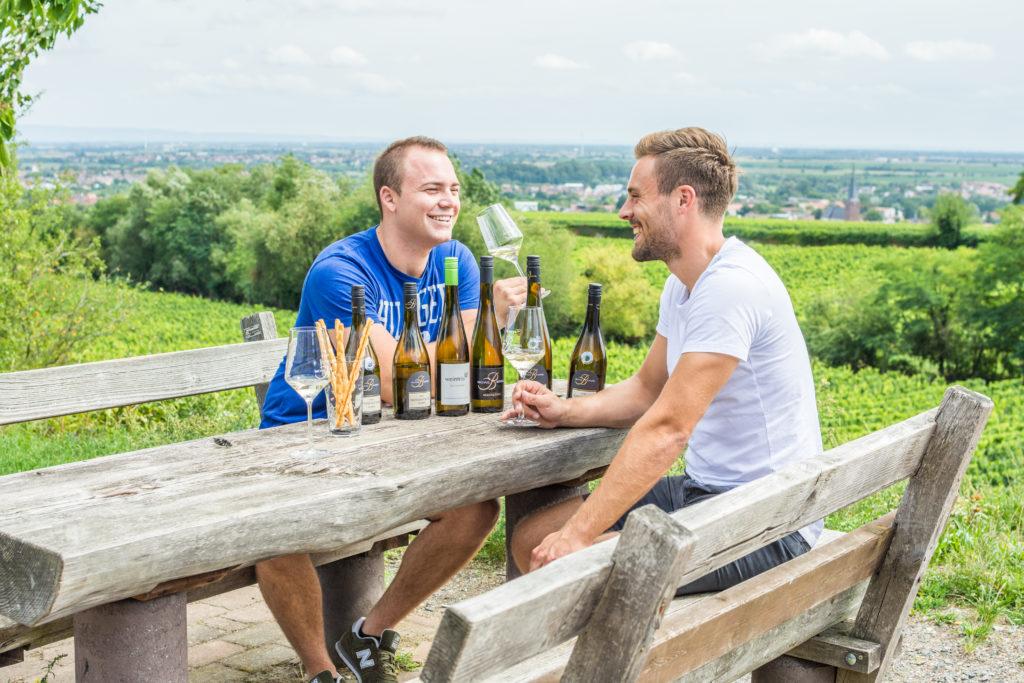 Kulinarisch unterwegs auf der Deutschen Weinstraße: Florian und Steffen bei einer Weinprobe in Deidesheim