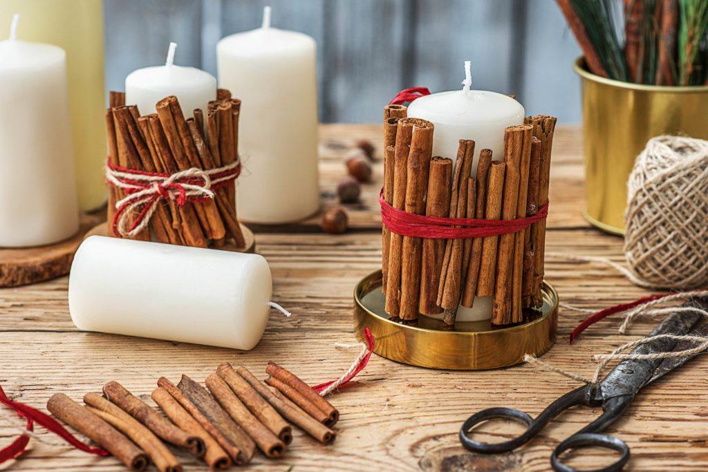 Weihnachtsgeschenke selber machen: Weihnachtlich dekorierte Kerzen