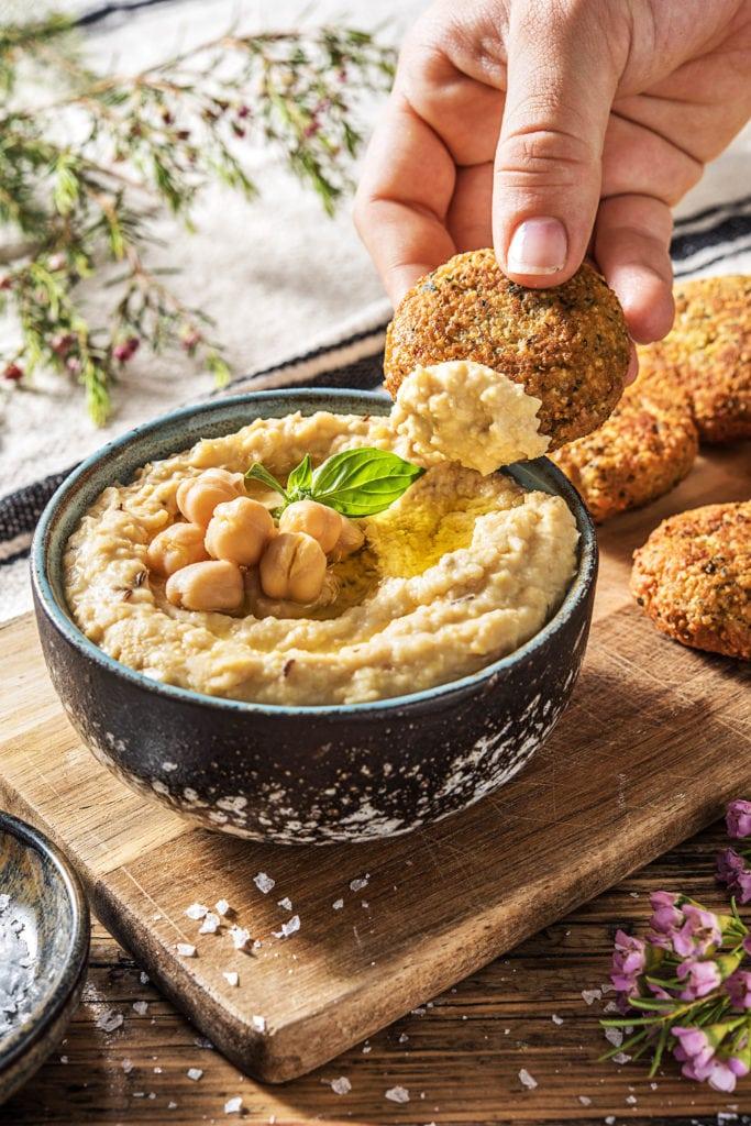 Klassischer Hummus passt zu Falafeln