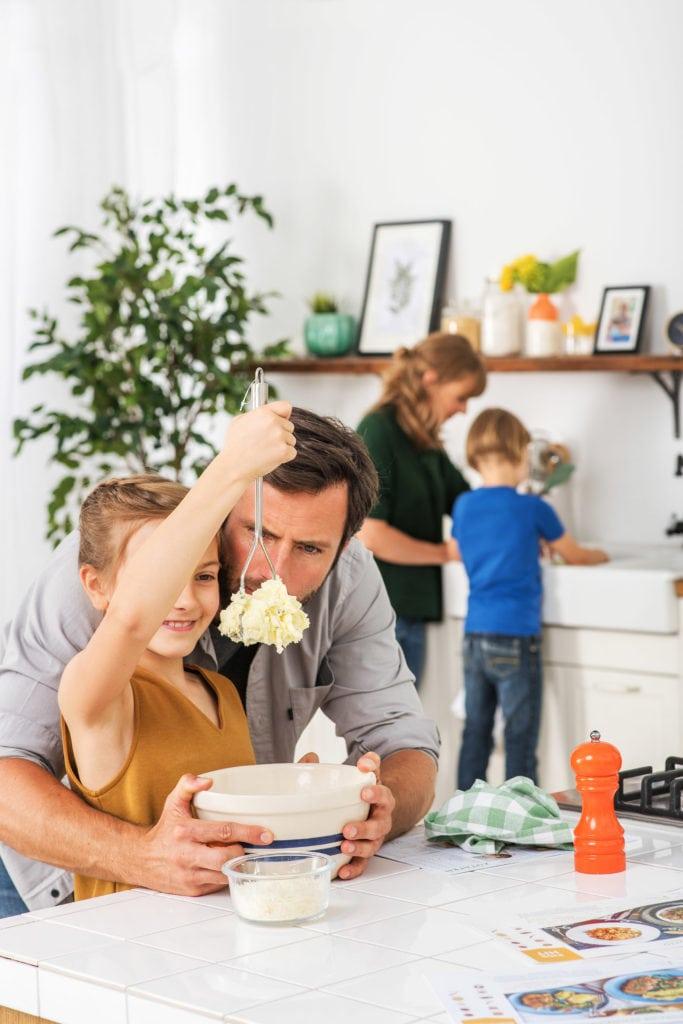 Kinder können aktiv beim Kochen eingebunden werden