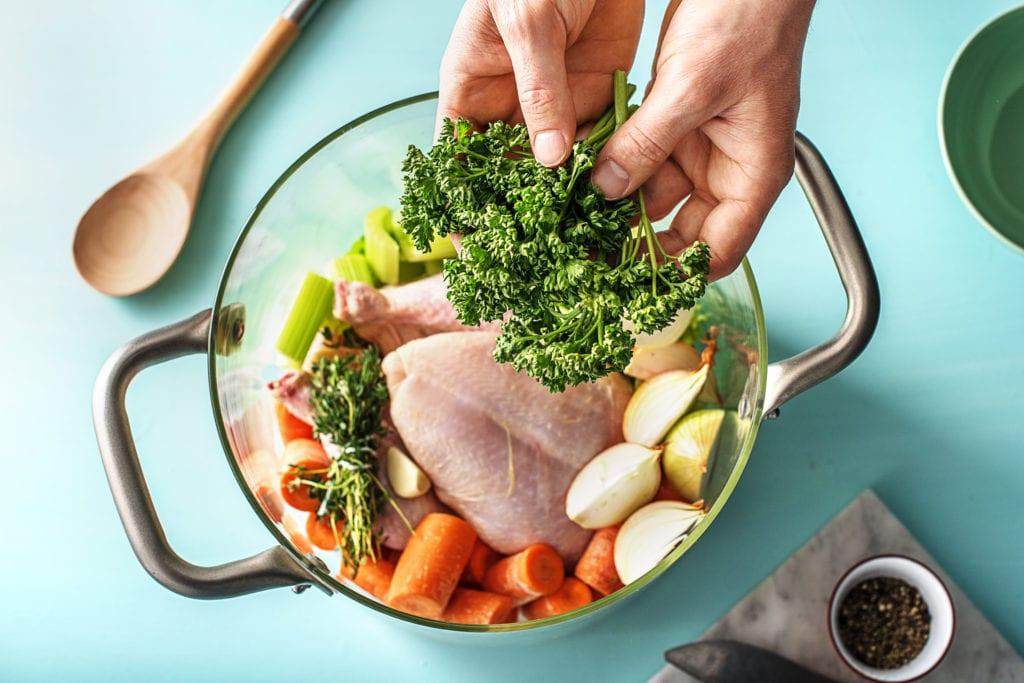 Hühnersuppe in der Zubereitung