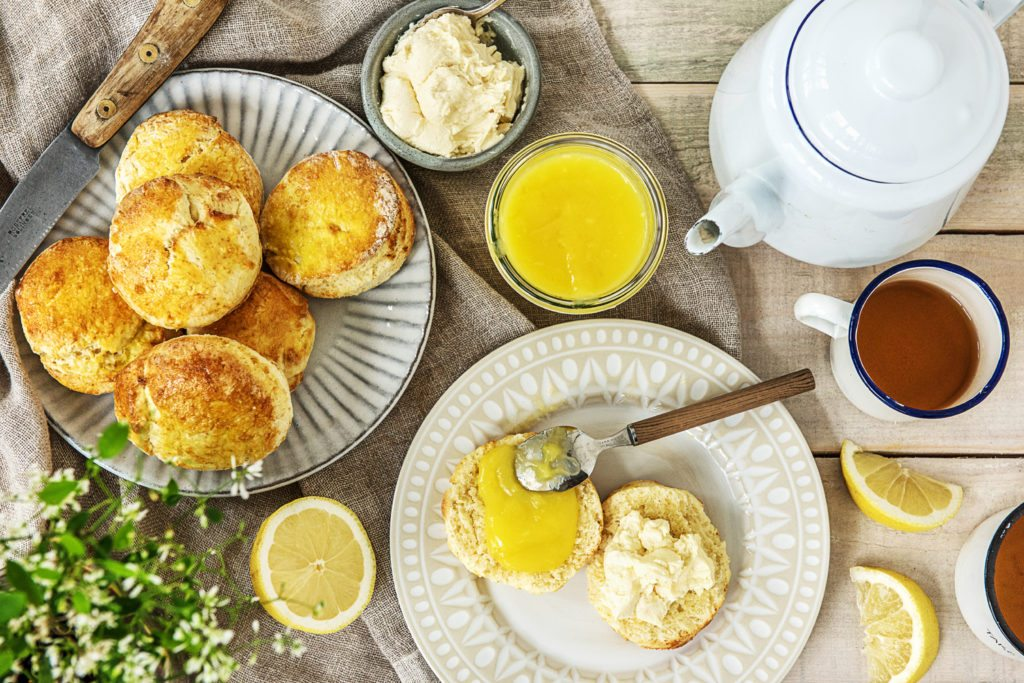 Scones met lemon curd