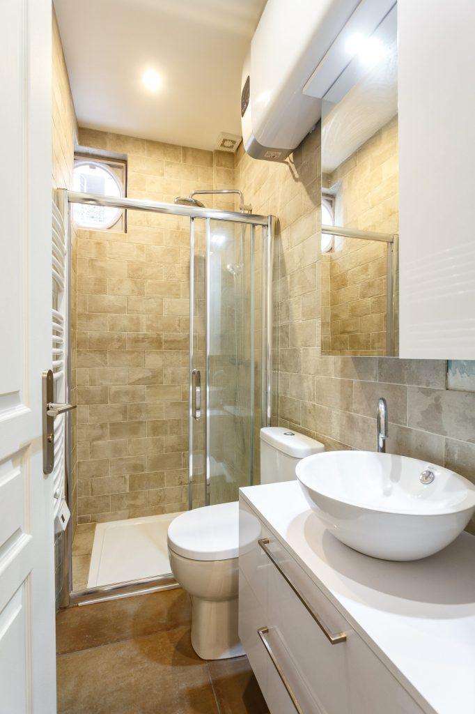 transformer une loge de gardien salle de bains
