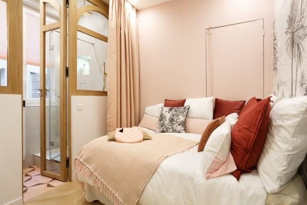 salle de bains dans une chambre rose