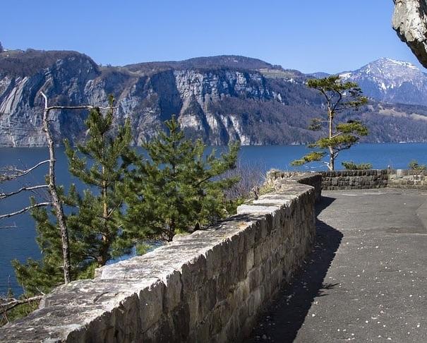 Weg der Schweiz mit Bergen und Vierwaldstättersee